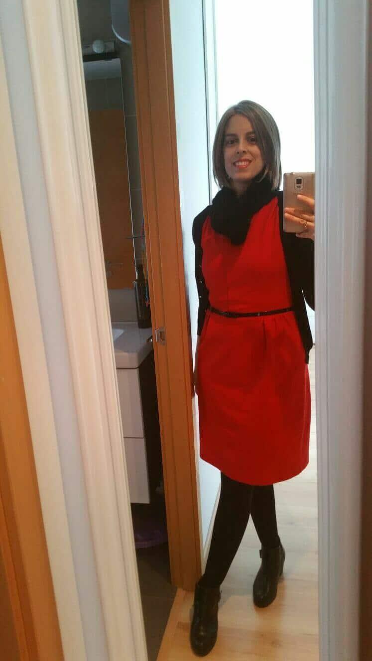 con peluca y vestido rojo